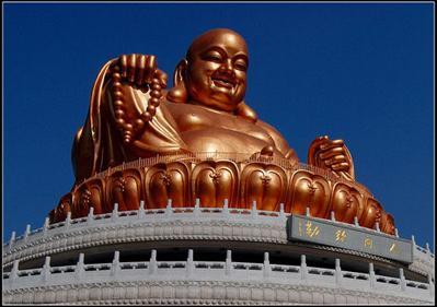 这是一座镀金的弥勒佛。